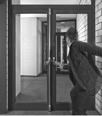 Открытие двери аварийного выхода должно быть беспроблемным в случае необходимости, наличия огня или задымления. И разумным выходом в этой ситуации будет установка системы Exit Pads, устанавливаемой сверху на дверь или створки. Данное устройство использует тот же метод работы, что и PHA 2000 и PHB 3000. Все они накладываются на дверное полотно, и не имеют отдельного замка. Устройство полностью соответствует требованиям пожарной безопасности и стандарта EN 179, действующего в отношении изделий, крепящихся поверх дверного полотна.