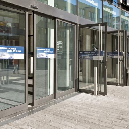 SST-Flex - автоматические раздвижные двери с распахиваемыми створками для аварийных выходов с мощными приводами ES 200